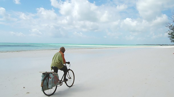 En bicicleta por las playas de Mombasa