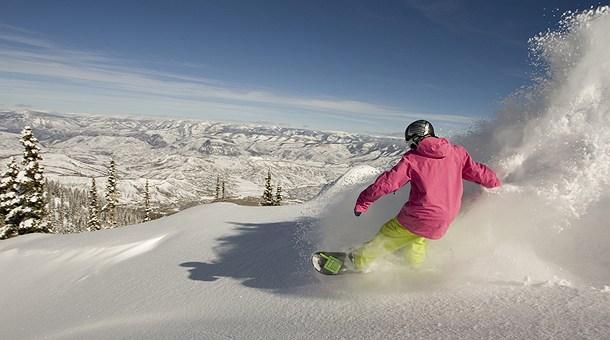 Snowboarder en la estación de esquí de Aspen