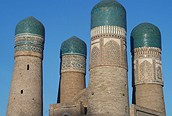 """Char Minar o medersa de los """"cuatro minaretes"""" en Bujara."""