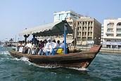 Embarcación cruzando Dubai