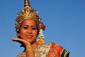 Mujer ataviada con el traje típico thailandés