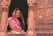 Mujer india asomada
