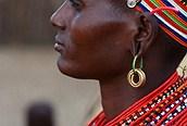 Mujer masai con coloridos y profusos abalorios