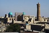 Panorámica de la ciudad de Khiva con el minarete Kalam.