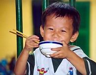 Niño vietnamita comiendo