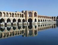 El Puente de Pol-e-Kahu o Puente de los Arcos sobre el río Zayandé en Isfahan